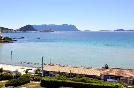 Romanticismo en habitación deluxe frente al mar cerca de Olbia