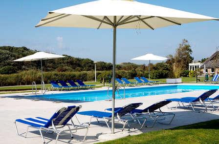 Weekendje weg in hotel met eigen strandclub en een buitenzwembad