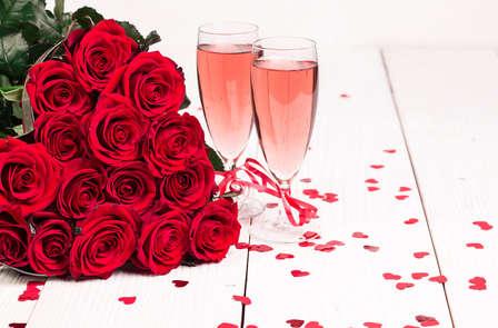 Ambiance romantique dans le quartier animé de Bruxelles et verre de cava pour le 21 juillet