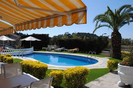 Escapada con cóctel y frutas en confort con balcón bajo el sol de la Costa Brava