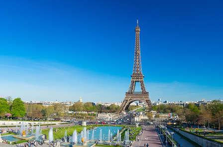 Pause romantique près de la Tour Eiffel