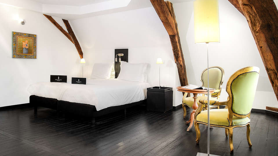 Château Les Merles - EDIT_NEW_room2.jpg