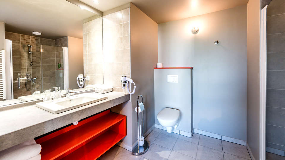 Comfort Suites Universités Grenoble Est - Edit_Bathroom.jpg