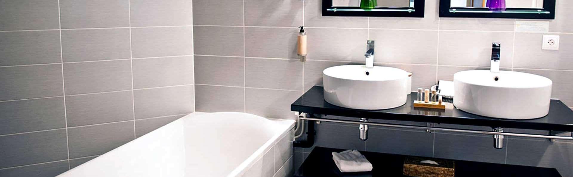 Domaine de Barive - Edit_Bathroom.jpg