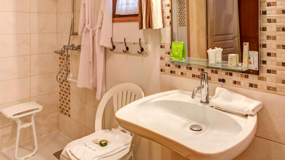 Domaine de Chatenay - Edit_Bathroom2.jpg