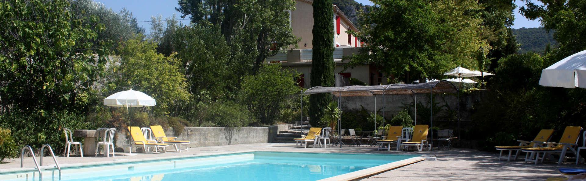 Hostellerie du Domaine de Cabasse - EDIT_pool.jpg