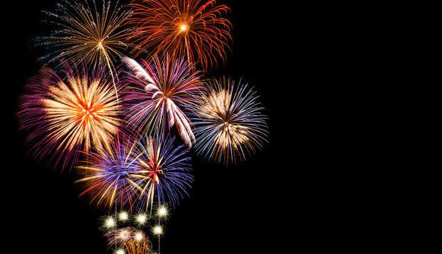 Celebra el año nuevo con una estancia con cena crucero y mucho baile