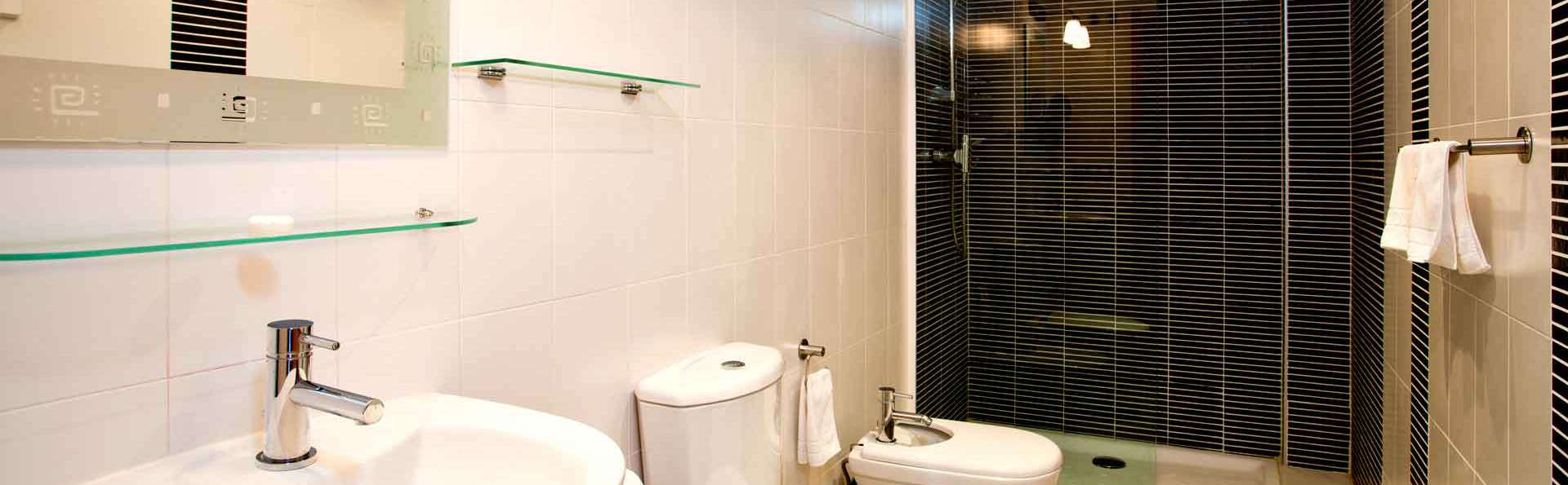 Boulevard Apartamentos - Edit_Bathroom.jpg