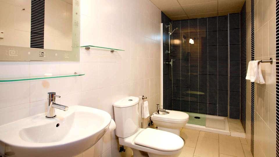 Boulevard Apartamentos - Edit_Bathroom.jpg