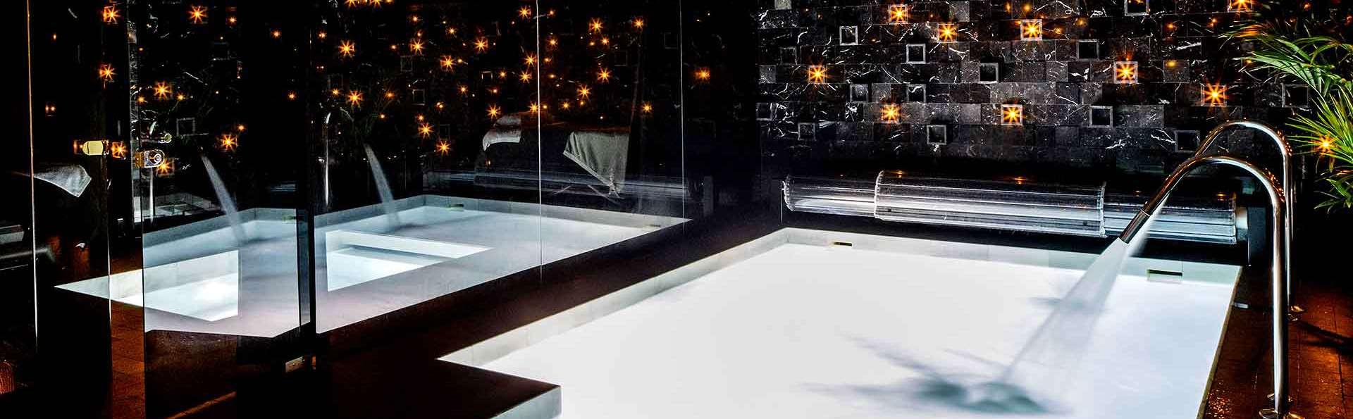 Escapada en el centro de Granada: Hotel de diseño con terraza con vistas y acceso al spa