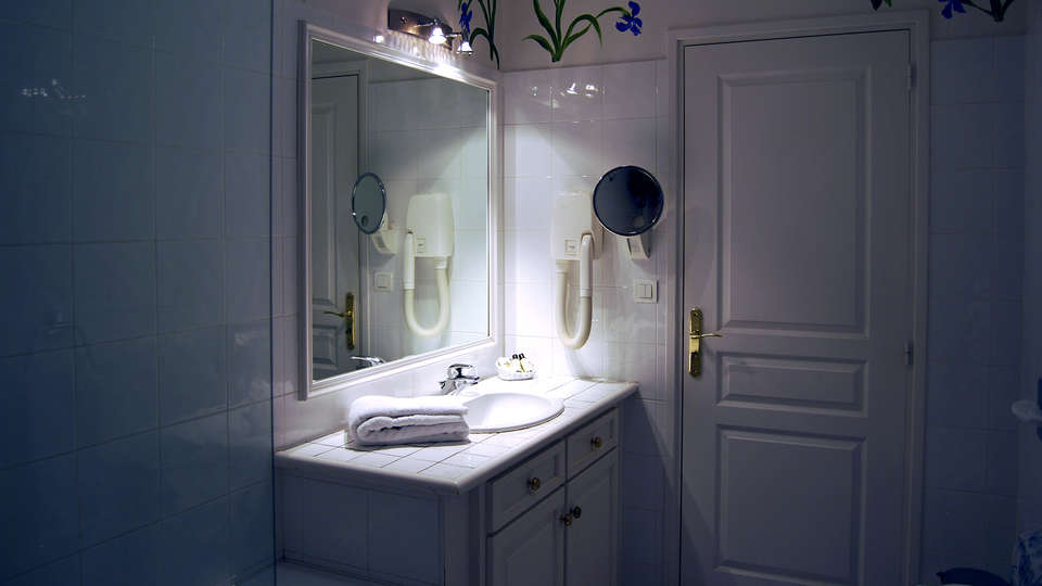 Hôtel Biney - Edit_Bathroom.jpg
