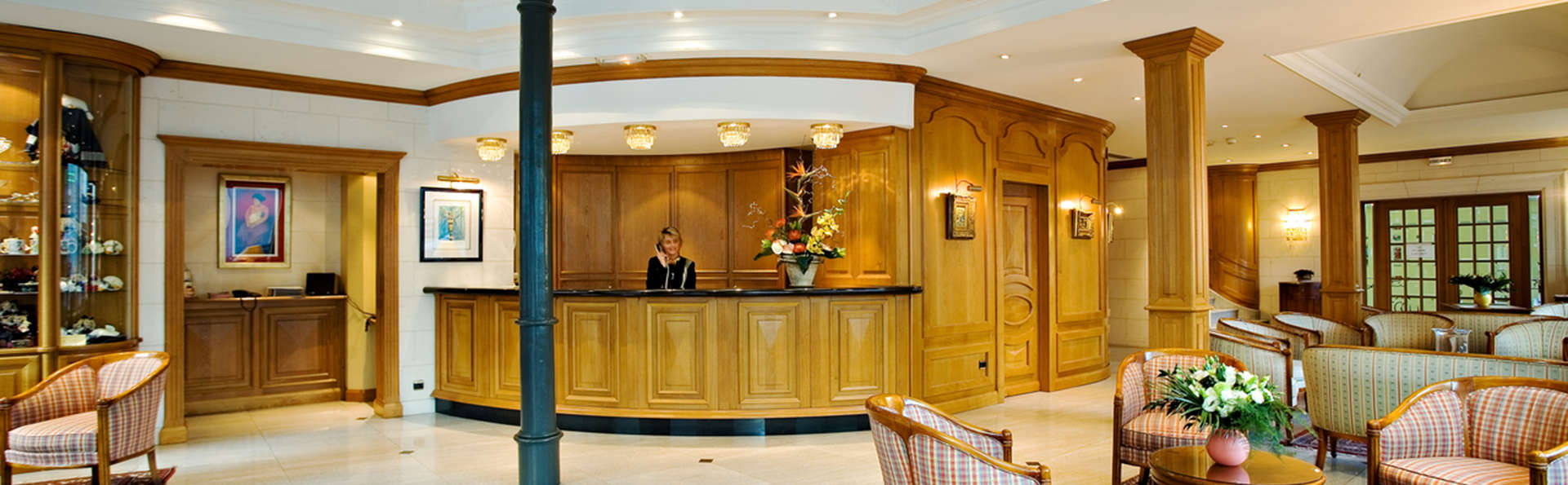 Hôtel Bristol Mulhouse - EDIT_reception.jpg