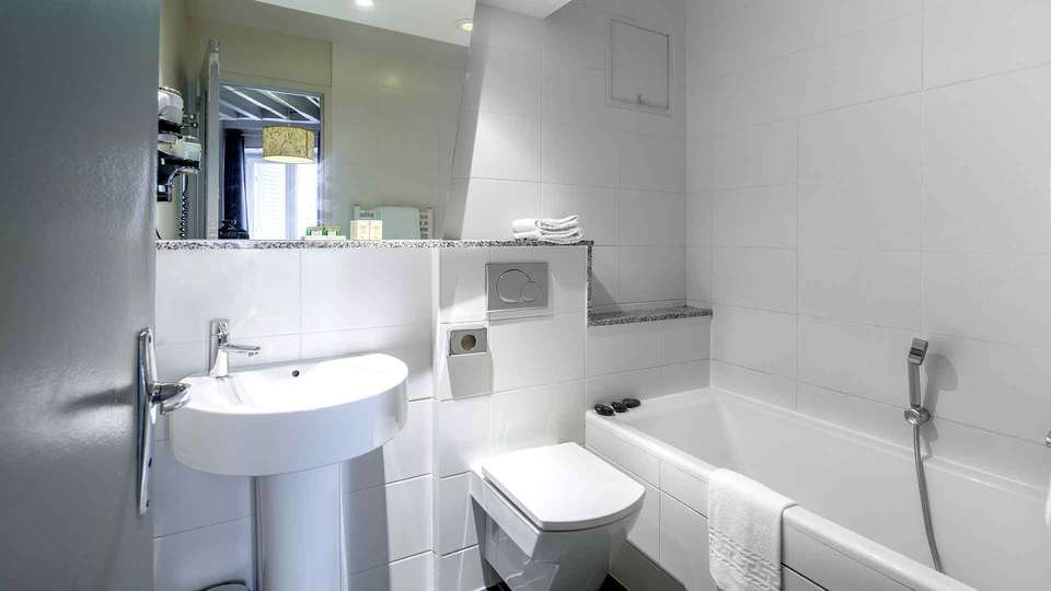 Hôtel Claret Bercy - Edit_Bathroom.jpg
