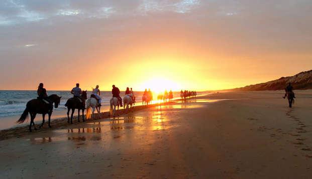 Descubre Doñana con una ruta a caballo durante la puesta del sol, con cena y spa incluidos