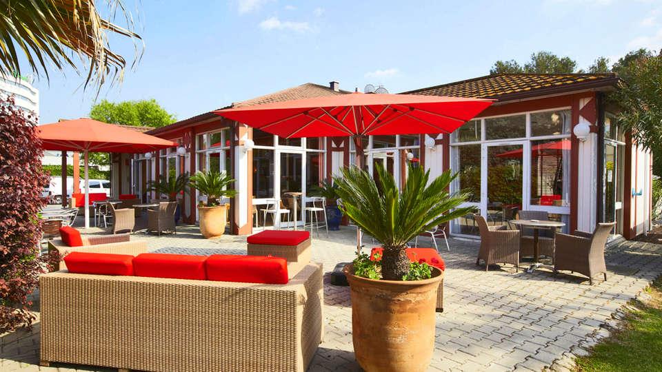 Hôtel Kyriad Nîmes Ouest - EDIT_terrace.jpg