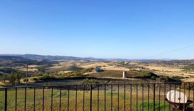 Pausa rustica sulle colline toscane vicino a Saturnia con degustazione