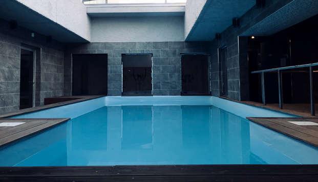 ¡Relájate en el balcón o terraza del hotel en Saint-Raphaël y sumérgete en su spa!