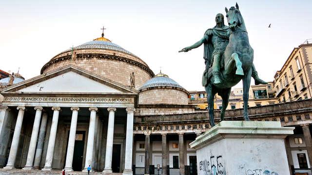 Séjournez au cœur de Naples dans une chambre supérieure et visitez les souterrains de Naples.