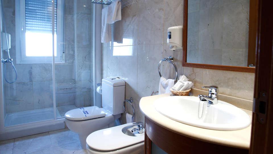 Hotel Apartamentos Ciudad de Lugo - Edit_Bathroom.jpg