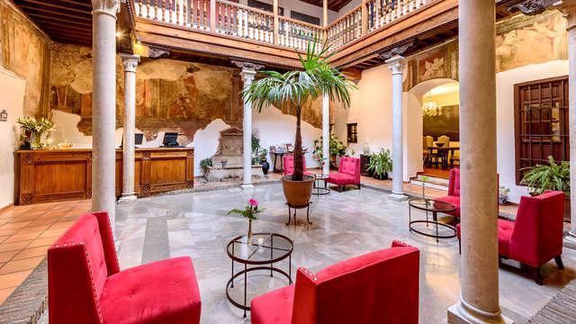 Escápate a Granada en pleno paseo de los tristes en un bonito palacio Mudéjar