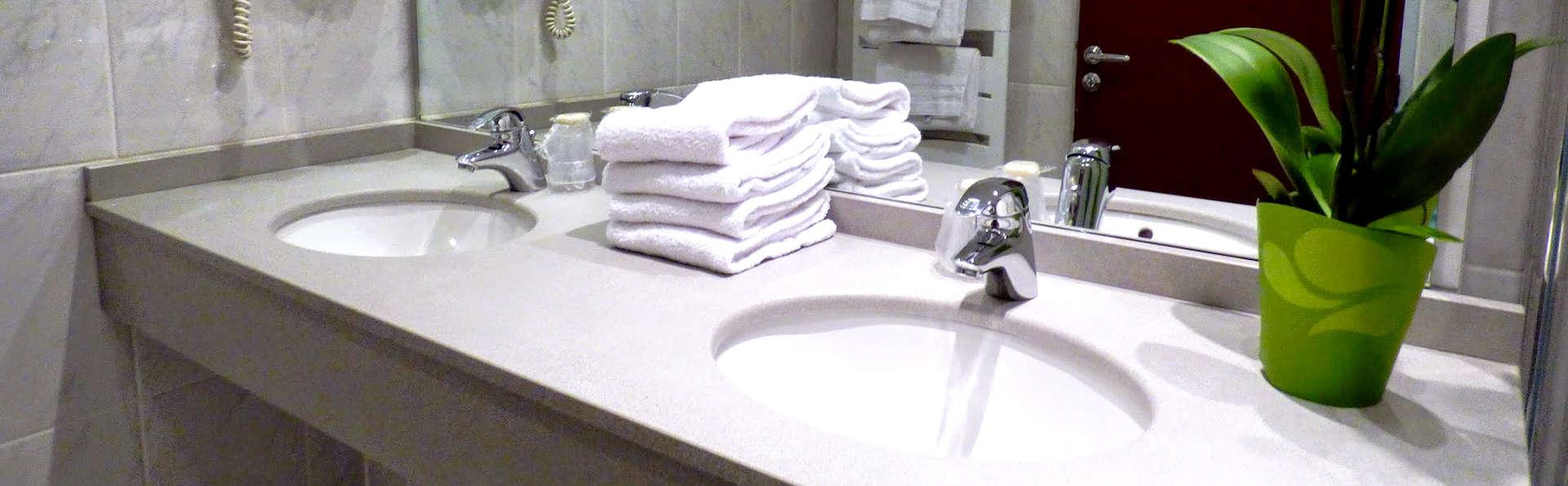 Hôtel Mona Lisa - Néris les bains - Edit_Bathroom.jpg