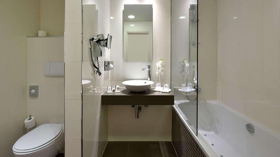 Martin's Grand Hotel - EDIT_NEW_Bathroom2.jpg