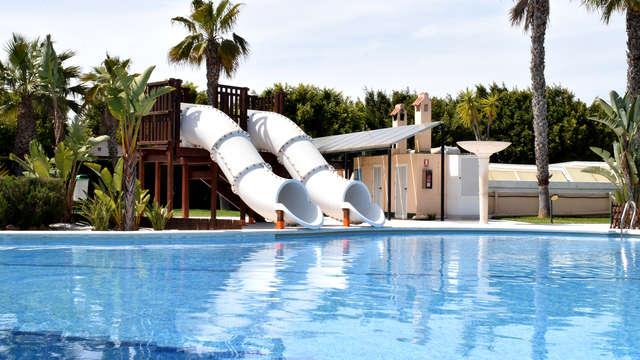 Escapada en Bungalow para pasarlo en grande en familia: piscinas con toboganes, playa y mucho más