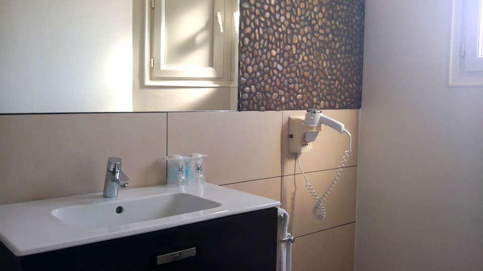 The Originals City, Hôtel Bristol, Le Puy-en-Velay (Inter-Hotel) - Edit_Bathroom.jpg