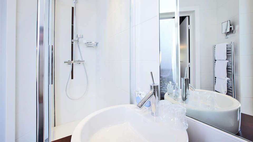 Kyriad Prestige Dijon Centre - Edit_Bathroom.jpg