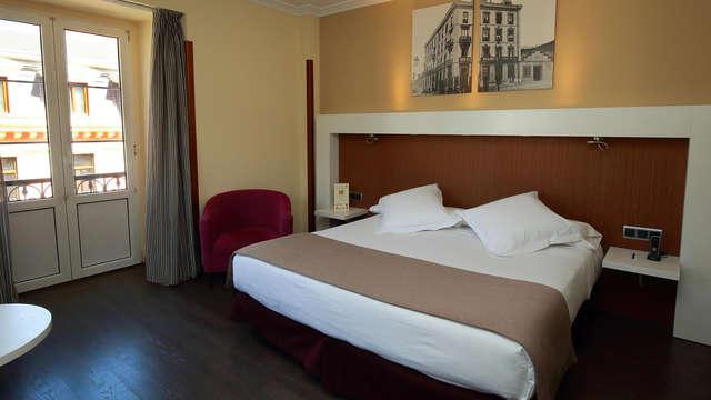 Escapada Romántica en habitación superior con botella de sidra y moscovitas en Oviedo