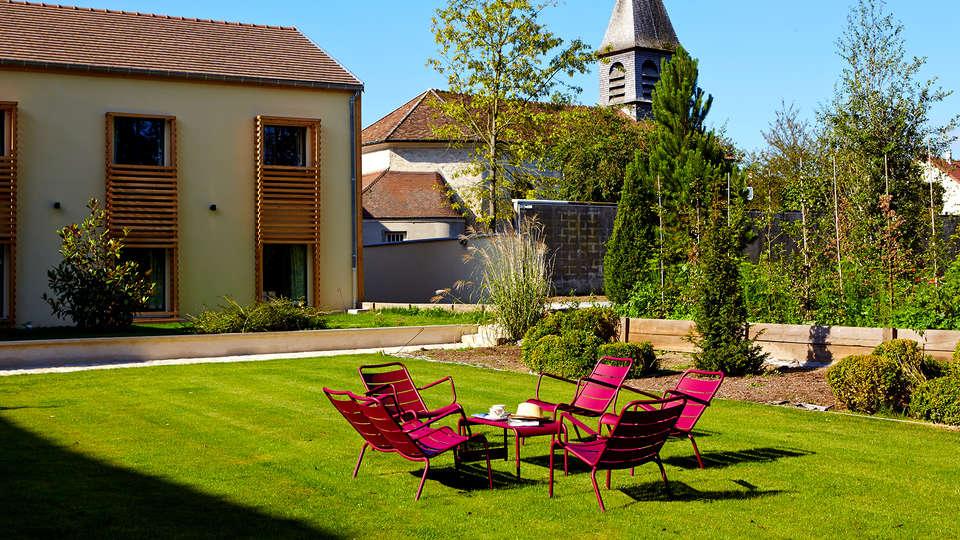 Les Herbes Folles - Edit_Terrace2.jpg