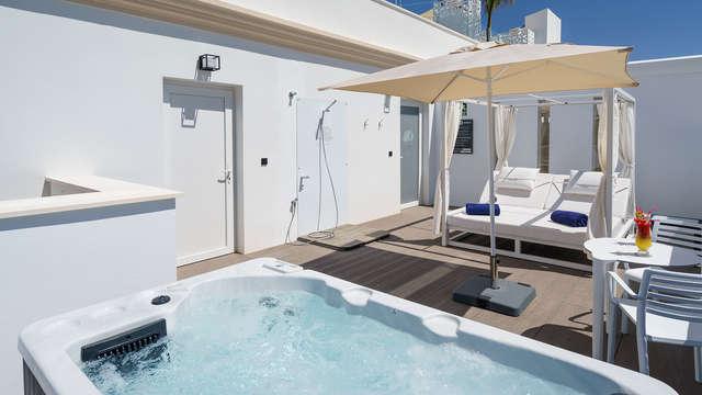 Escapade à Torremolinos dans un hôtel style Ibiza avec cocktail sur la terrasse et accès au jacuzzi