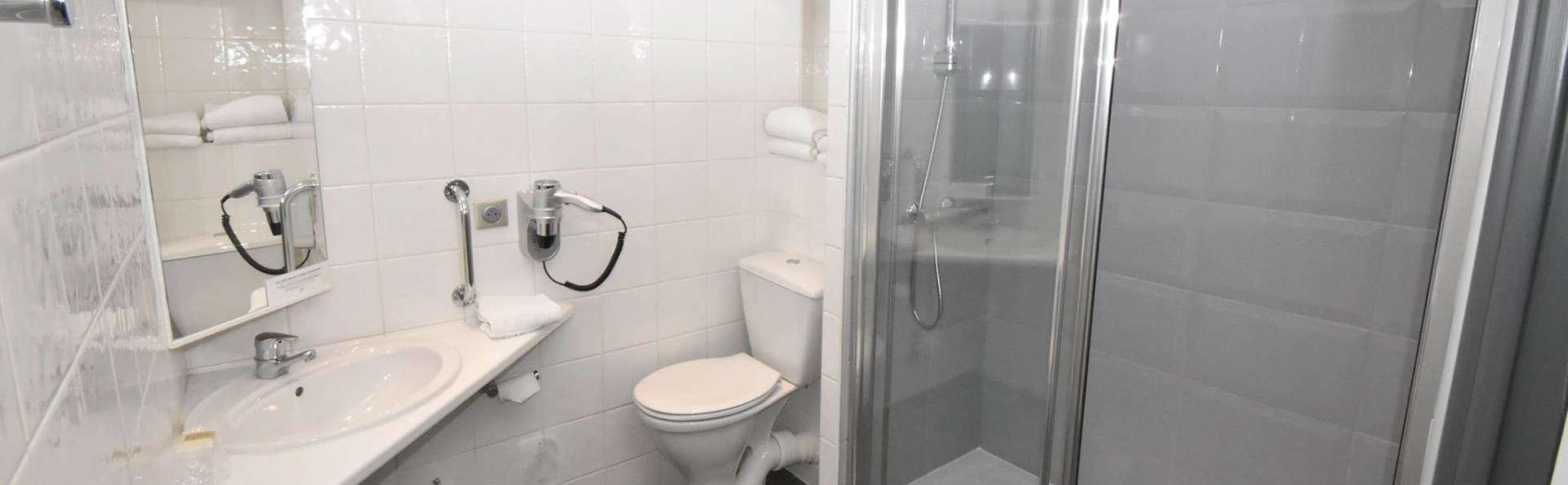 Logis L'Orée de Chartres - Edit_Bathroom.jpg