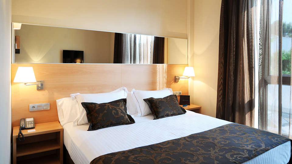 Hotel Desitges - EDIT_NEW_Room.jpg
