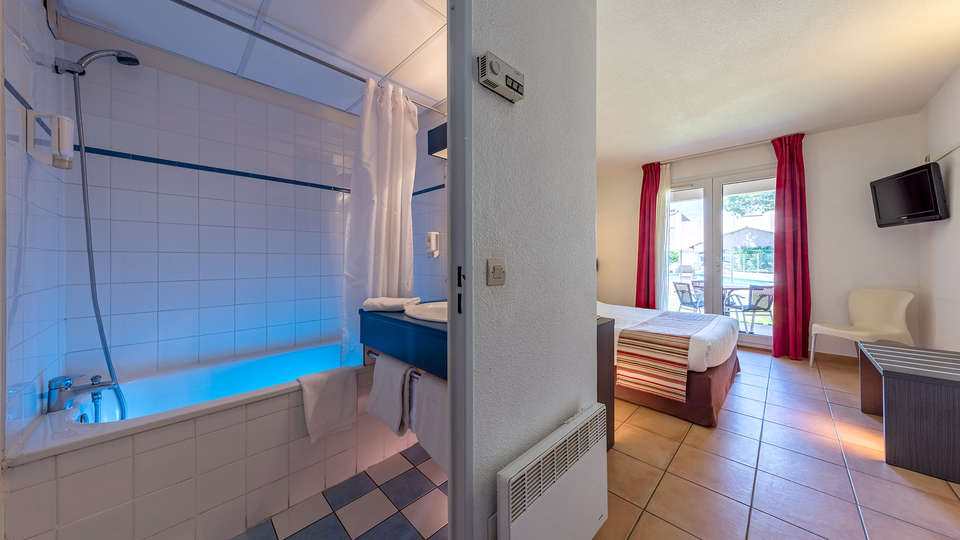 Mona Lisa Royal Hôtel - Aigues Mortes - Edit_BathroomComfort.jpg