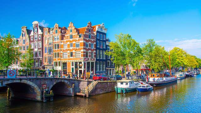 Descubre Ámsterdam y descansa en una habitación superior