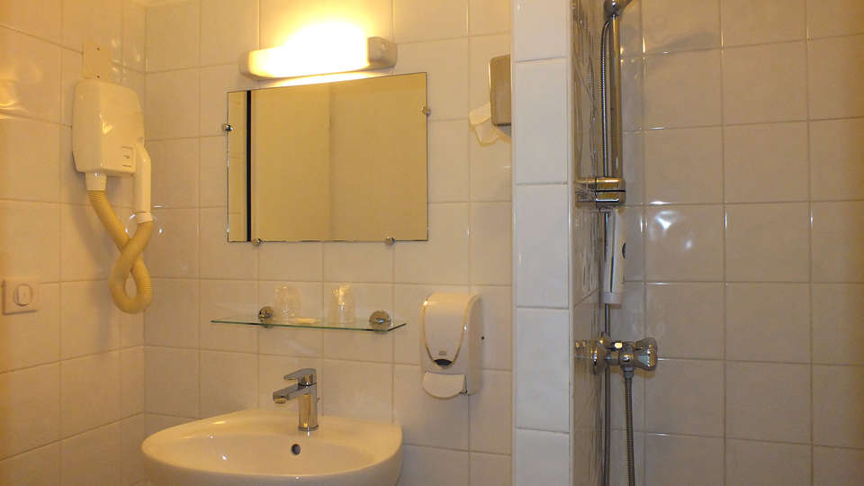Comfort Hotel Cecil Metz Gare - Edit_Bathroom8.jpg