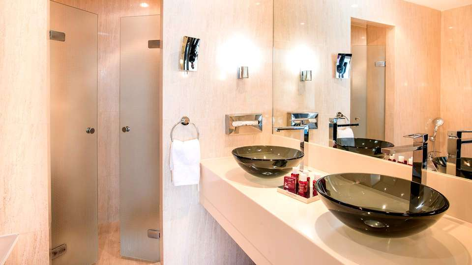 Mouratoglou Hôtel & Resorts - EDIT_NEW_BATHROOM2.jpg