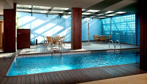 Escapada romántica con cava, pétalos, detalle dulce y piscina climatizada en el Delta del Ebro
