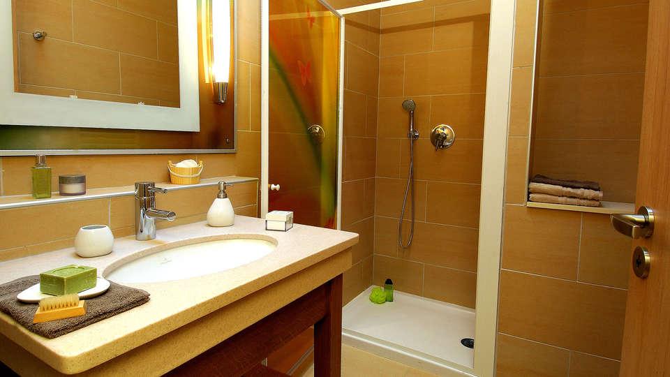 Center Parcs Domaine des Trois Forêts - Edit_Bathroom.jpg