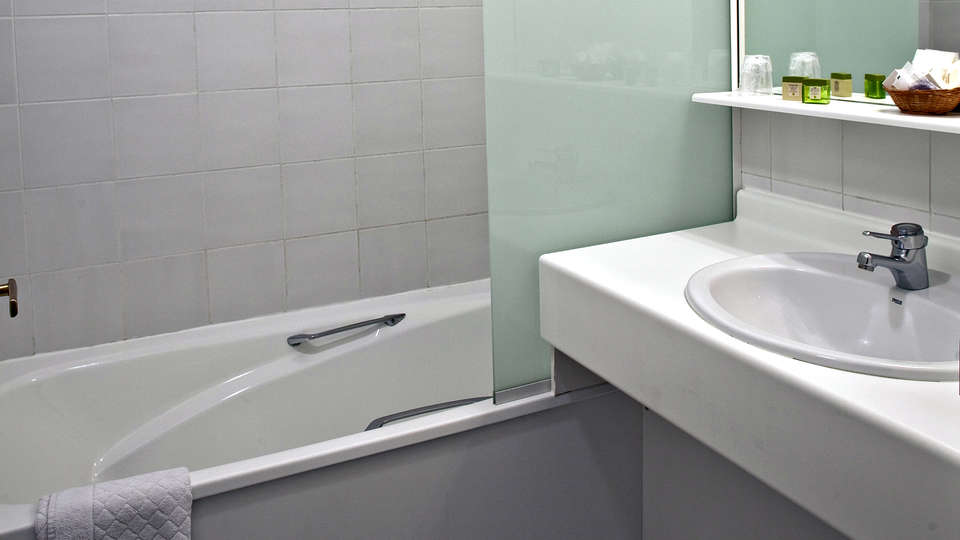 Hôtel Athena - Edit_Bathroom2.jpg