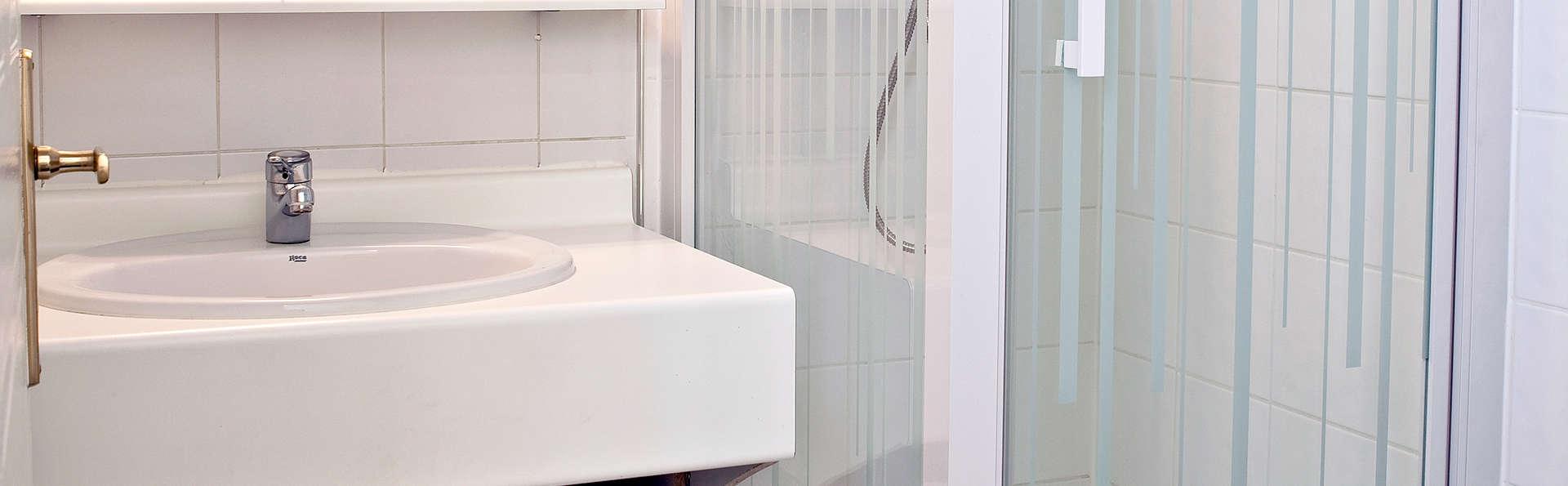 Hôtel Athena - Edit_Bathroom.jpg