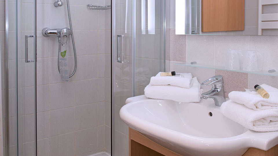 Hôtel Vacances Bleues Delcloy - Edit_Bathroom2.jpg