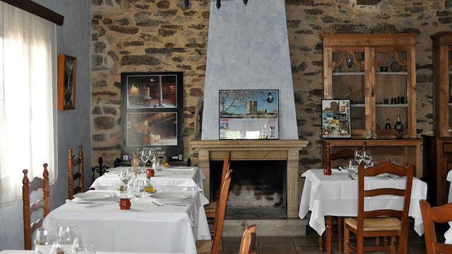 Especial Romántico con encanto: cena tradicional a la carta, cava, bombones y velas en la habitación