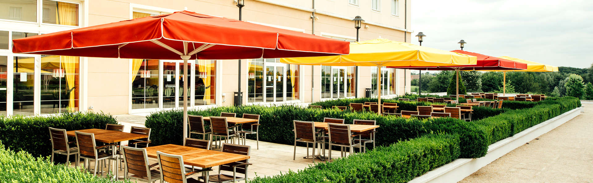 Vienna House Magic Circus Hotel Paris - Edit_Terrace.jpg