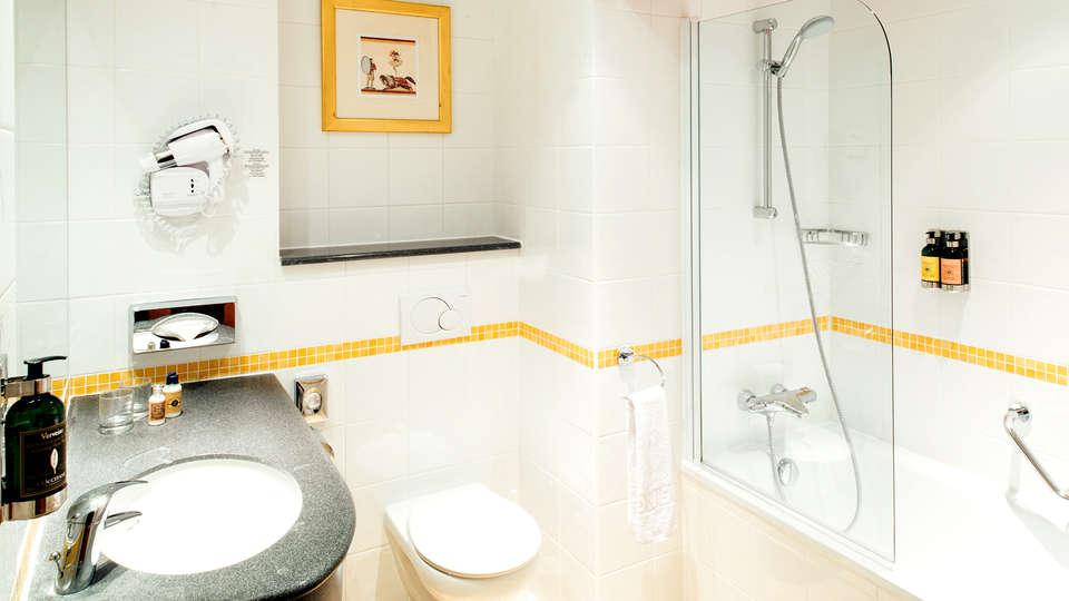 Vienna House Magic Circus Hotel Paris - Edit_Bathroom.jpg