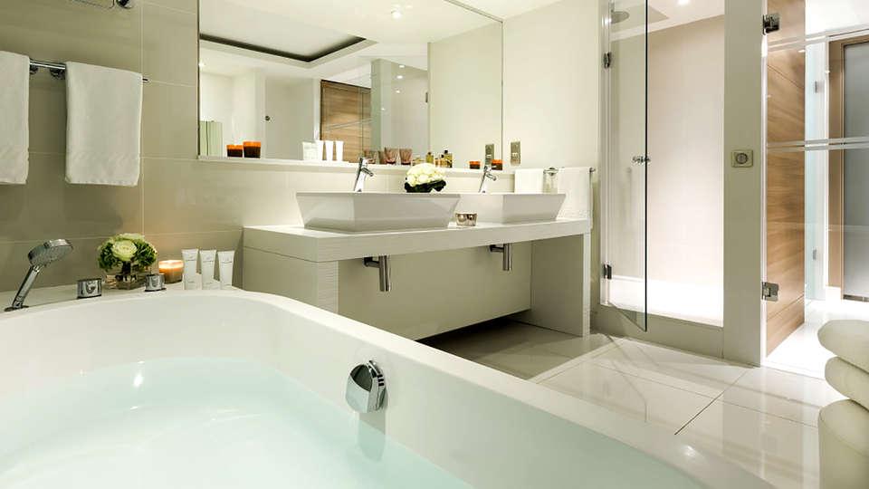 Hôtel Barrière Lille - Edit_Bathroom2.jpg
