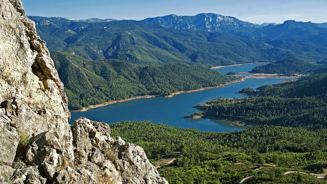 Escápate al corazón de Sierra de Cazorla con paseo en barco por el embalse de Tranco