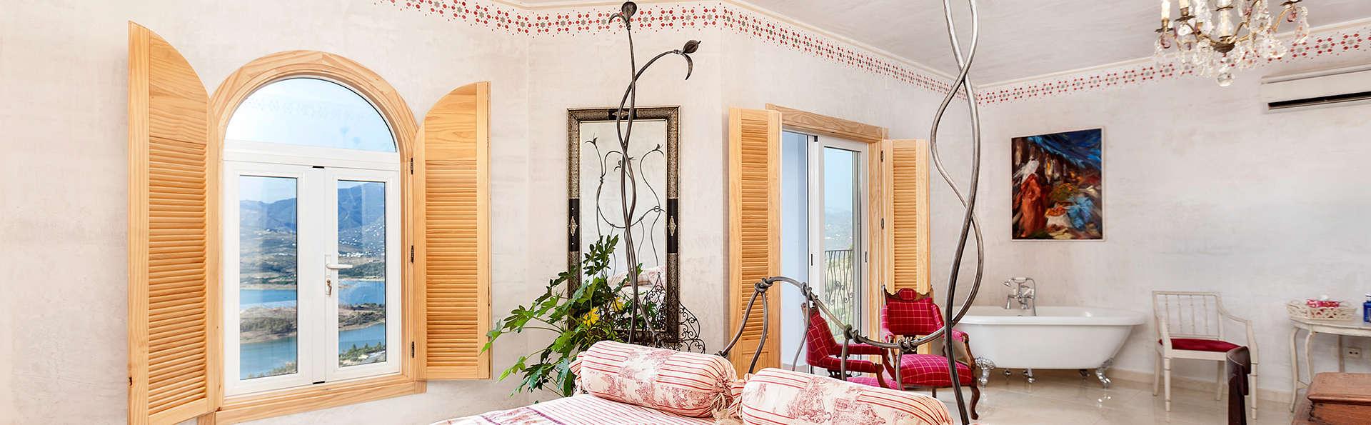 Escapada en Málaga con desayuno y botella de cava en Suite con vistas al lago