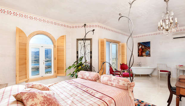 Alójate en una junior suite con vistas a la Viñuela con spa privado y cava incluidos